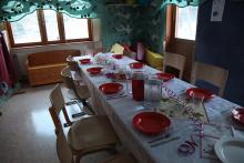 Stół na przyjęcie nakryty.