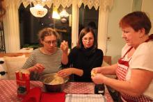 Kolejna para zaczyna lepić swoje pączki. Nasza kochana instruktorka uczy na lepienia pączków.
