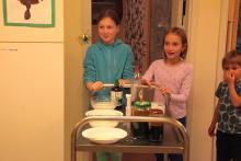 Starsze koleżanki przygotowały eksperymenty.