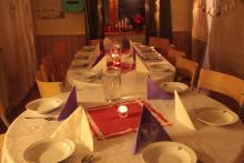 Starsze dzieci przygotowały świąteczny stół.