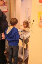 Każdy zostawia przy wejściu swoją ulubioną książkę do pokazania innym dzieciom.