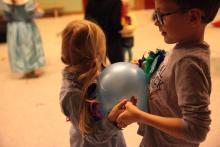 A teraz taniec z balonem przy brzuszkach.