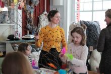 Robienie szwedzkiej dekoracji świątecznej, czyli ozdabianie gałązek kolorowymi piórkami, jest tradycją na naszych spotkaniach.