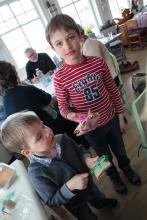 Chłopaki jako pierwsze znalazły pakiety z czekoladowymi jajkami!