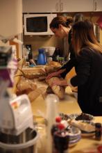Gorące przygotowania. Stacja krojenia chleba. Smakował prawie jak ten z Polski.