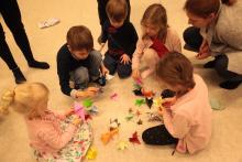 W koszyku żurawie dla dzieci, oczywiście papierowe.