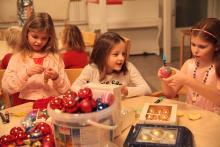 Dzieci chętnie przystąpiły do pracy przy dekoracjach świątecznych, tak jak poprosił Mikołaj.