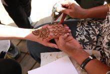 Nasz gość specjalny, Sonali, z Indii, pokrywa ręce dzieci niesamowitymi wzorami. Tatuaż z henny eko.